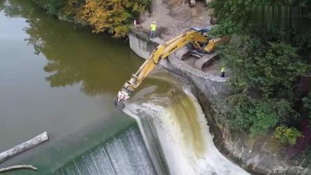 实拍水坝的拆除过程, 我只佩服挖机师傅的技术!