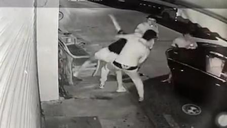 女子凌晨被3男子强拉上车: 系前男友想复合
