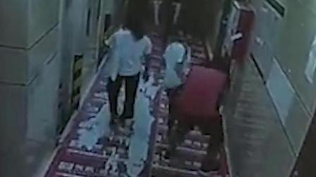 广东一奇葩男子尾随女生抱腿抢走鞋子