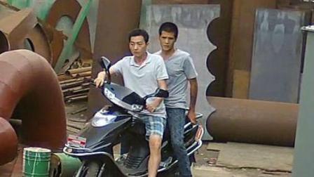 两贼行窃被后车司机撞倒在地后尴尬逃跑