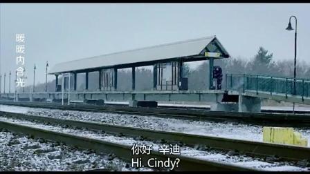 火车门都关了一半, 男子为了赶车, 硬是这样挤进车厢