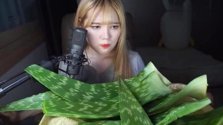 韩国美女主播吃芦荟, 一口咬都是汁, 最后一秒的表情亮了