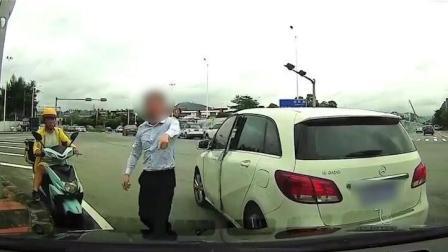 奔驰男别停打骂后车司机: 我是巡防大队的