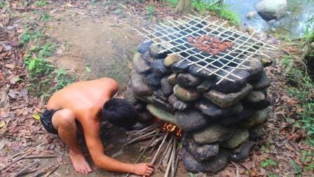 小哥用石头搭建了一个烤炉, 烤制烟熏肉, 不知道味道怎么样?