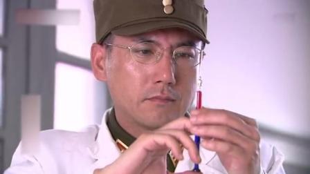 小鬼子假扮军医被识破,竟然打晕女战士给她注射鼠疫病毒,太可恶