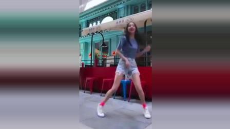 美女在街上热舞自拍, 网友: 没人要我领回家啦