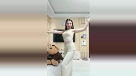 美女在家秀热舞自拍, 这舞姿实在是美!