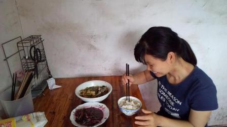 中国吃播视频 午餐一荤一素 芹菜烧草鱼+炒苋菜 边吃边聊