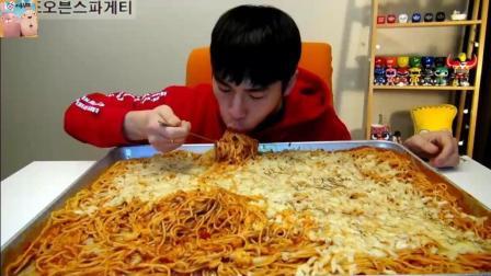 韩国大胃王奔驰小哥, 吃芝士焗面, 深渊巨口, 不嚼就吞! 头也不抬, 狂吸面条, 就是吃!