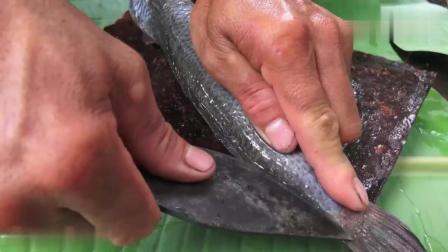 农村大哥在野外用石板烤鱼, 吃起来好香呀, 真会享受了
