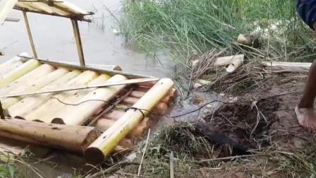 农村小哥用香蕉树建造小船, 在水上漂流, 真是太有创意了