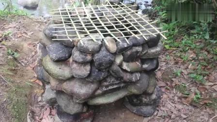 熏肉? 小哥利用石头与竹子来制作简易设备, 这肉是不是有点小了
