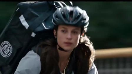 她生来就是特权阶层, 但她却选择了自行车外卖员《古墓丽影》