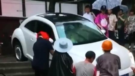 女司机跟着导航 把轿车卡在石梯进退两难