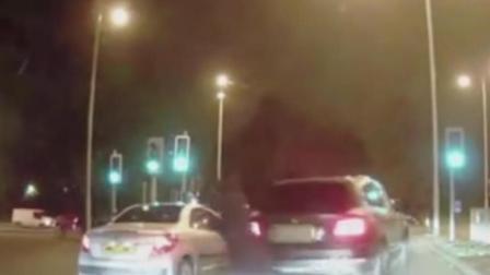 光天化日匪徒爆车行窃 幸好女司机反应迅速及时逃离