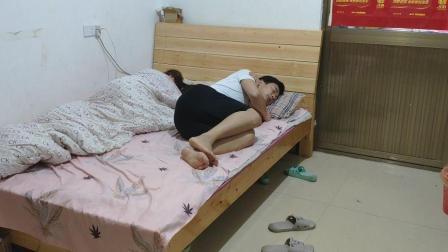 大清早老公被冻醒, 老婆把被子全部卷走, 老公下面的做法很暖心