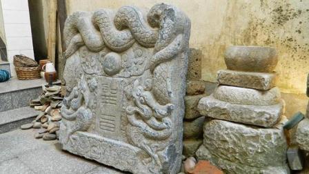 考古专家路过浙江小山村, 发现一块石刻圣旨, 欲带走被村民拒绝
