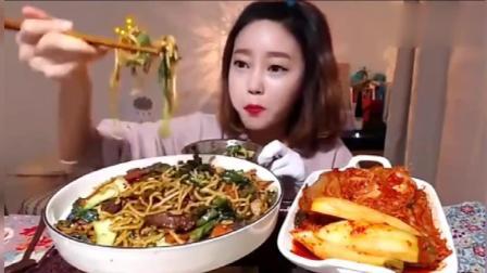 韩国大胃王吃播, 美女主播自制炒面配上辣白菜, 好吃到停不下来