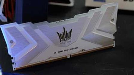 那个纯白外壳+RGB灯的HOF名人堂内存 第2代强势升级!