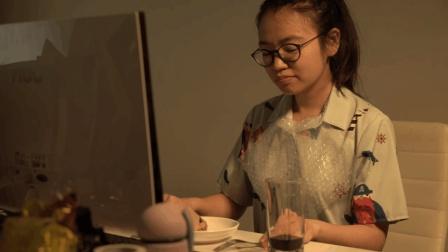 女生独创粽子高端吃法 就算端午节要加班 也要对自己好一点