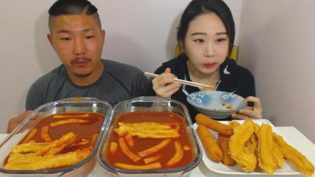 韩国大胃王卡妹和老公一起直播吃2大份超辣的炒年糕和一大盘油炸食物