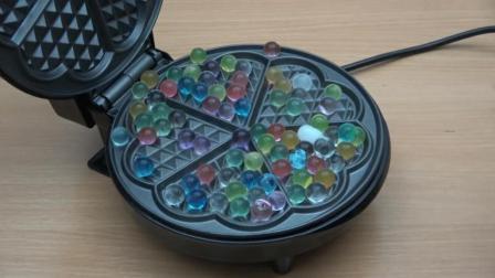 把海洋宝宝放到电饼铛里, 你猜它会变成什么样? 一起来见识下!