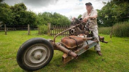 大叔为了逃离沙漠, 花费12天, 徒手将汽车改装成摩托车, 成功逃生