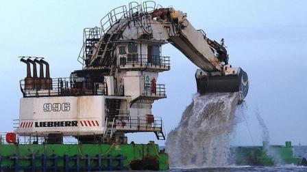 """这个挖掘机太猛啦, 重345吨, 不在工地在大海""""捞鱼""""!"""
