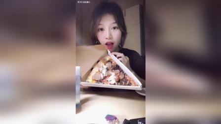 这片蘑菇pizza巨型, 后加的香肠超多!