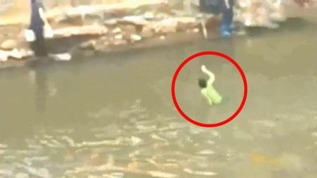 女子不幸意外落水, 遭不明物体拉入河里, 监控还原全程