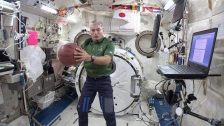 在太空打篮球会怎样? 裁判: 三分线起跳扣篮, 算三分还是两分?