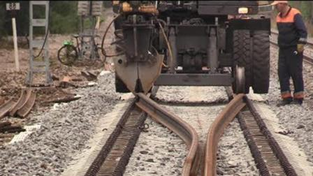 俄罗斯更换旧铁轨, 机械化施工技术高, 2吨重铁轨软得像面条!