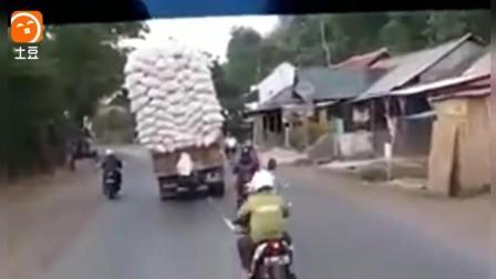 司机作死小货车当火车用, 结果悲剧了