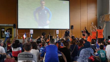 巴黎市长与球迷一同观赛 为法国队助威