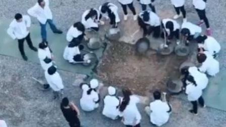 火龙果传媒 第一季 厨师班学员用沙土练掂勺功 网友: 第一道硬菜