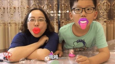 """试吃超搞笑的""""嘴巴糖"""", 一边吃糖一边搞怪, 轩妈瞬间有了大红唇"""