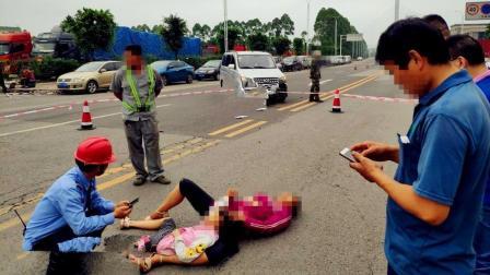 电瓶车与长安车相撞 一对母女躺倒地面不能动弹