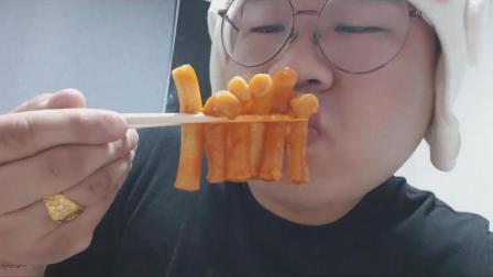 韩国吃货胖哥, 吃芝士辣炒年糕炖粉条、紫菜包饭卷、大鸡腿、油炸食品