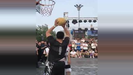 实拍街球小伙上场打比赛, 防守他的小伙被玩懵了
