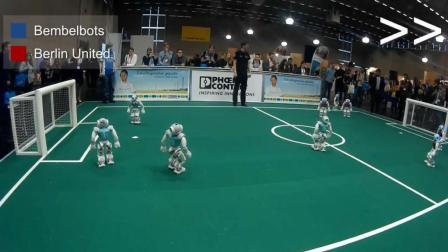 机器人之间的世界杯! 看看机器人是如何踢足球的