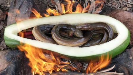 野外美食: 农村小男孩用番木瓜炖鳗鱼吃, 有这手艺到哪都饿不着!