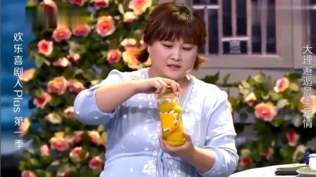贾玲想学张小斐打不开瓶盖, 结果轻轻一下就开了 尴尬啦!