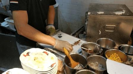 这才是正宗的广式肠粉? 虾仁牛肉双拼14元一份, 经常排队到门口