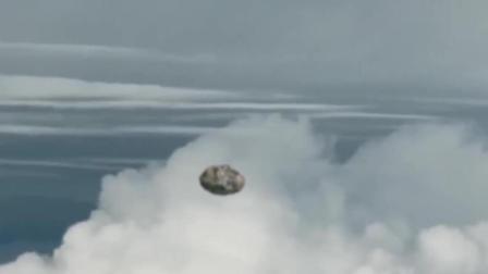 外星人飞碟伪装成陨石跟踪客机, 机长发现后紧张不已