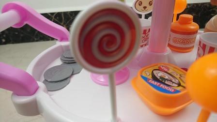美味的冰激凌车吸引来好多人, 可是再解暑也要少吃才行!