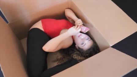 吓死家长! 这些小孩的柔韧性简直非人, 躲在箱子里玩手机