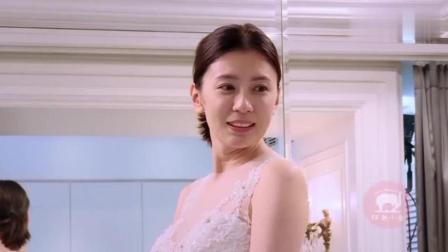 妈妈是超人: 咘咘看到贾静雯穿婚纱的样子, 眼睛盯得超大, 手舞足蹈地鼓掌起来