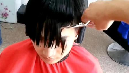 理发师又犯职业病了, 不把头发剪短有这么难受吗