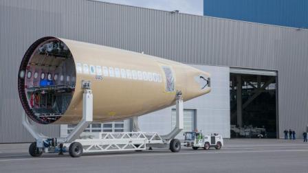 飞机的机舱, 原来是分段组装起来的, 我以前还以为是整体的呢