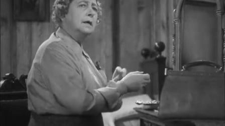《失踪的女人》老妇人靠窗听着音乐思绪万千,嘴里还喃喃自语